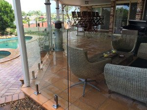 Frameless fence with compression spigots